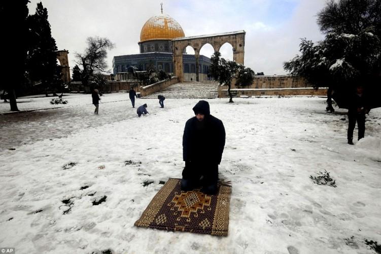 رجل يصلي في العراء على الجليد -