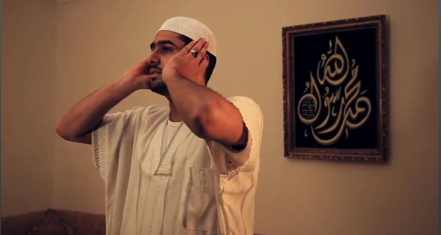رجل يؤذن للصلاة.