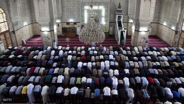 صورة للمصلين يؤدون الصلاة في الجماعة داخل المسجد.