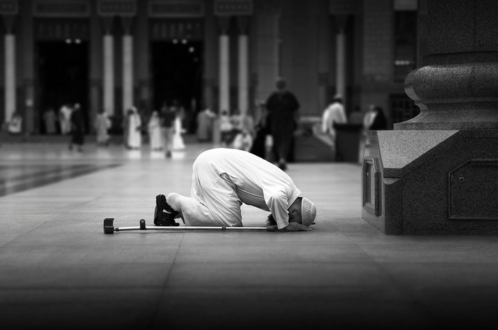 صورة لرجل يسجد أثناء الصلاة.