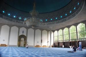 صورة من داخل مسجد وبعض الناس يؤدون الصلاة.