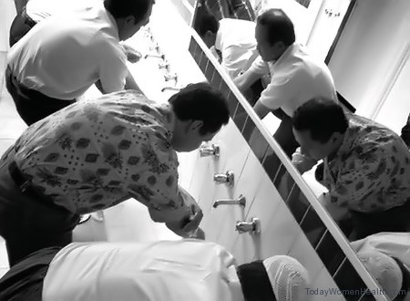 بعض الأشخاص يتوضئون استعدادا للصلاة.