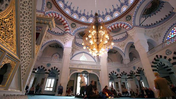 بعض الأشخاص داخل المسجد.