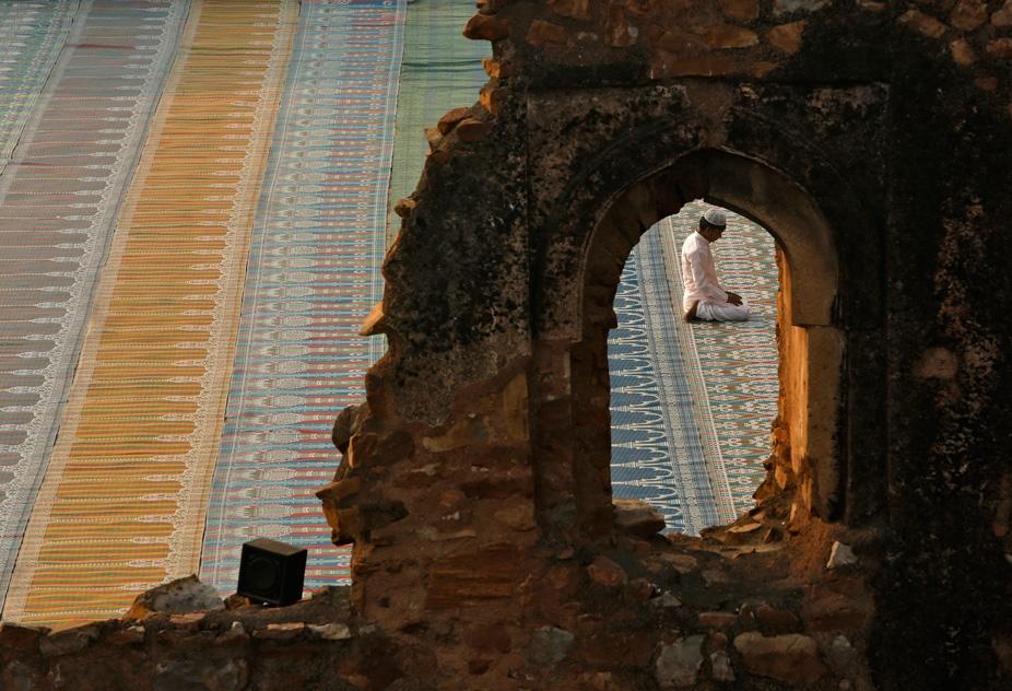 رجل يؤدي الصلاة.