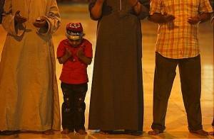 صورة لجماعة من المصلين يرفعون أيديهم بالدعاء أثناء الصلاةز