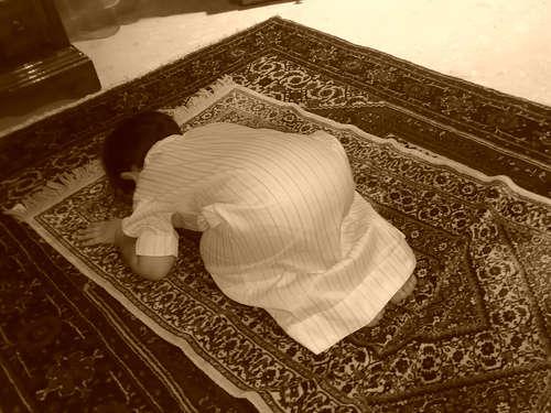 صورة لطفل يسجد أثناء الصلاة.