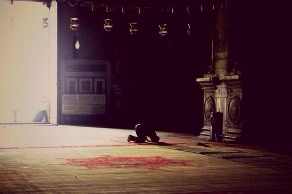 رجل أثناء سجوده في الصلاة.