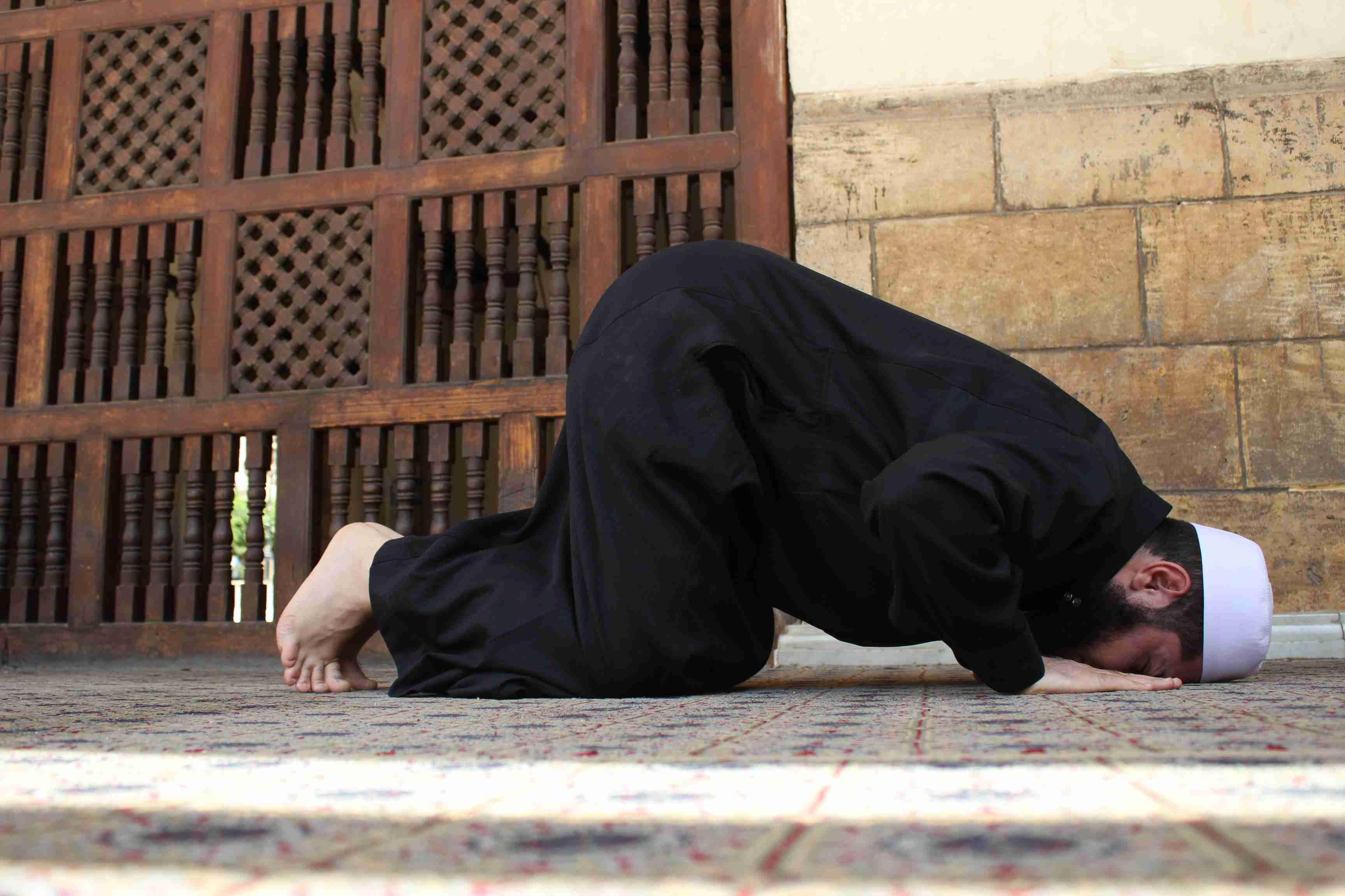 صورة لمسلم وهو ساجد في الصلاة.