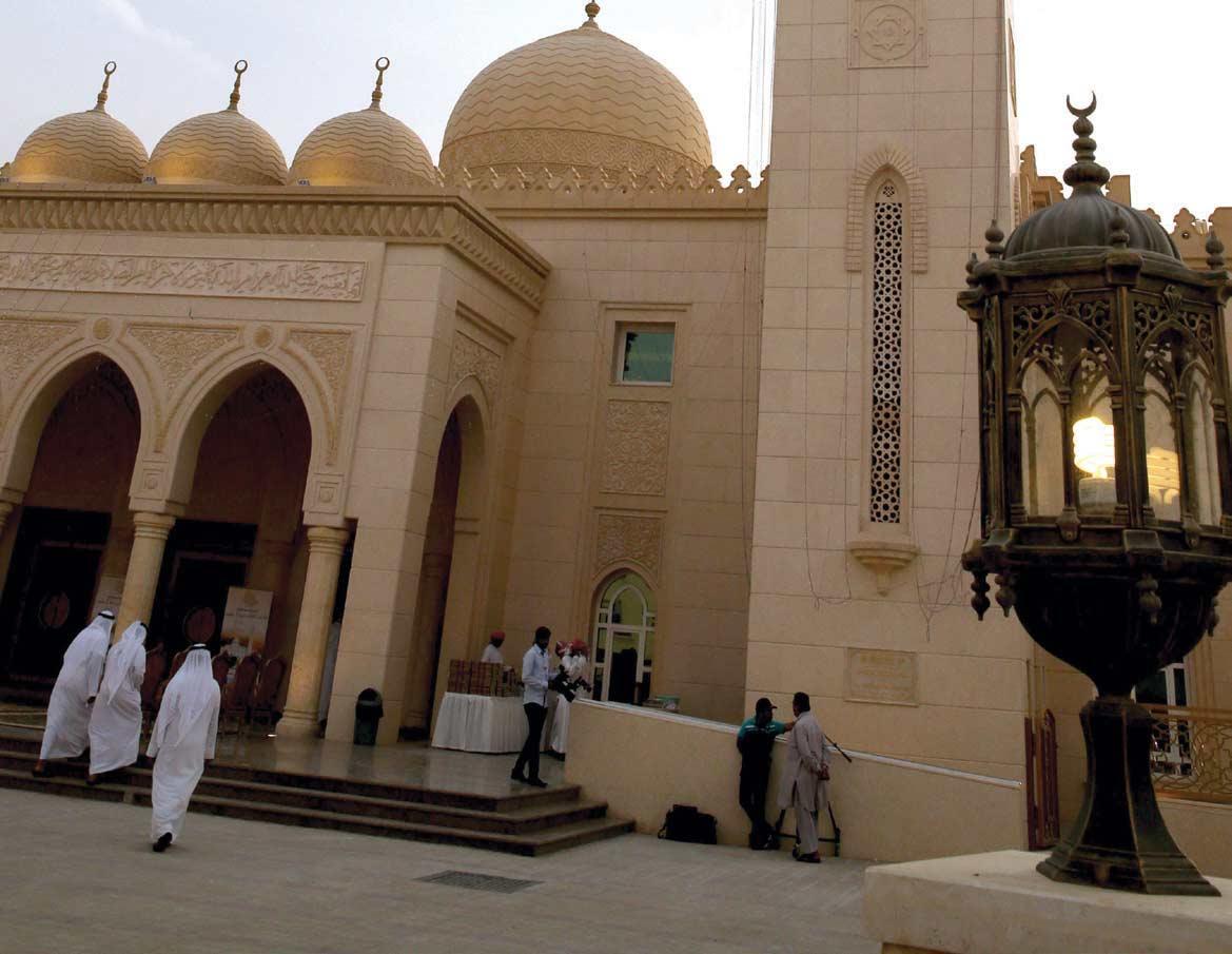 صورة لبعض المسلمين أثناء دخولهم المسجد.