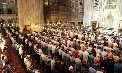 هل الأفضل صلاة التراويح مع جماعة المسجد أم الصلاة منفردا في البيت؟