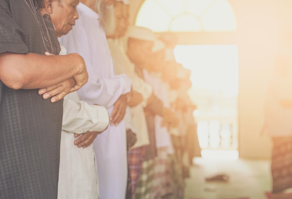 ما حكم إغماض العينين في الصلاة