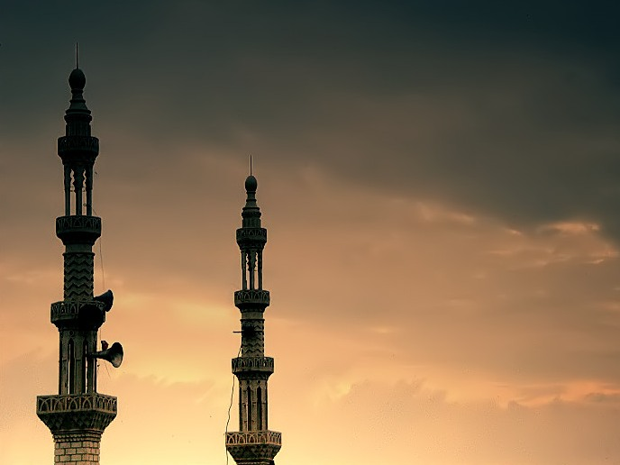 صورة لمئذنتي مسجد.