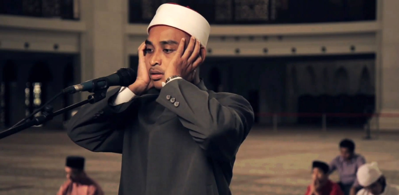 أحد الأشخاص يؤذن للصلاة.