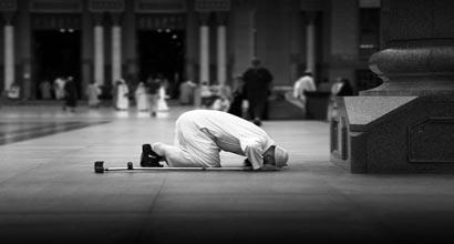 رجل ساجد لله عز وجل أثناء الصلاة.