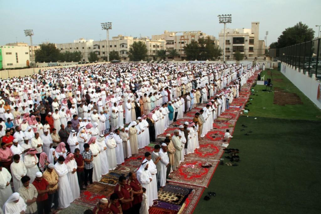 صورة لبعض المسلمين يؤدون صلاة العيد في الساحة.