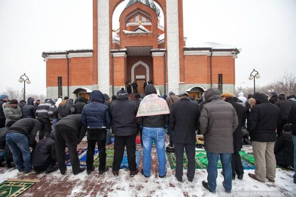 جماعة يؤدون الصلاة خارج المسجد - أحكام الصلاة في الشتاء