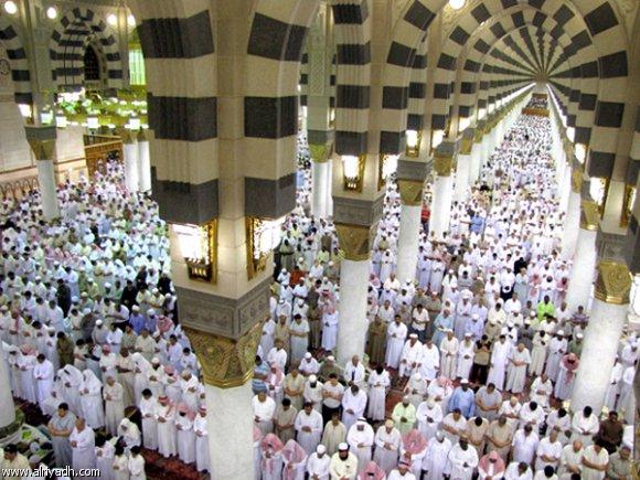 صورة من داخل الحرم حيث يؤدي المسلمون صلاة التراويح.