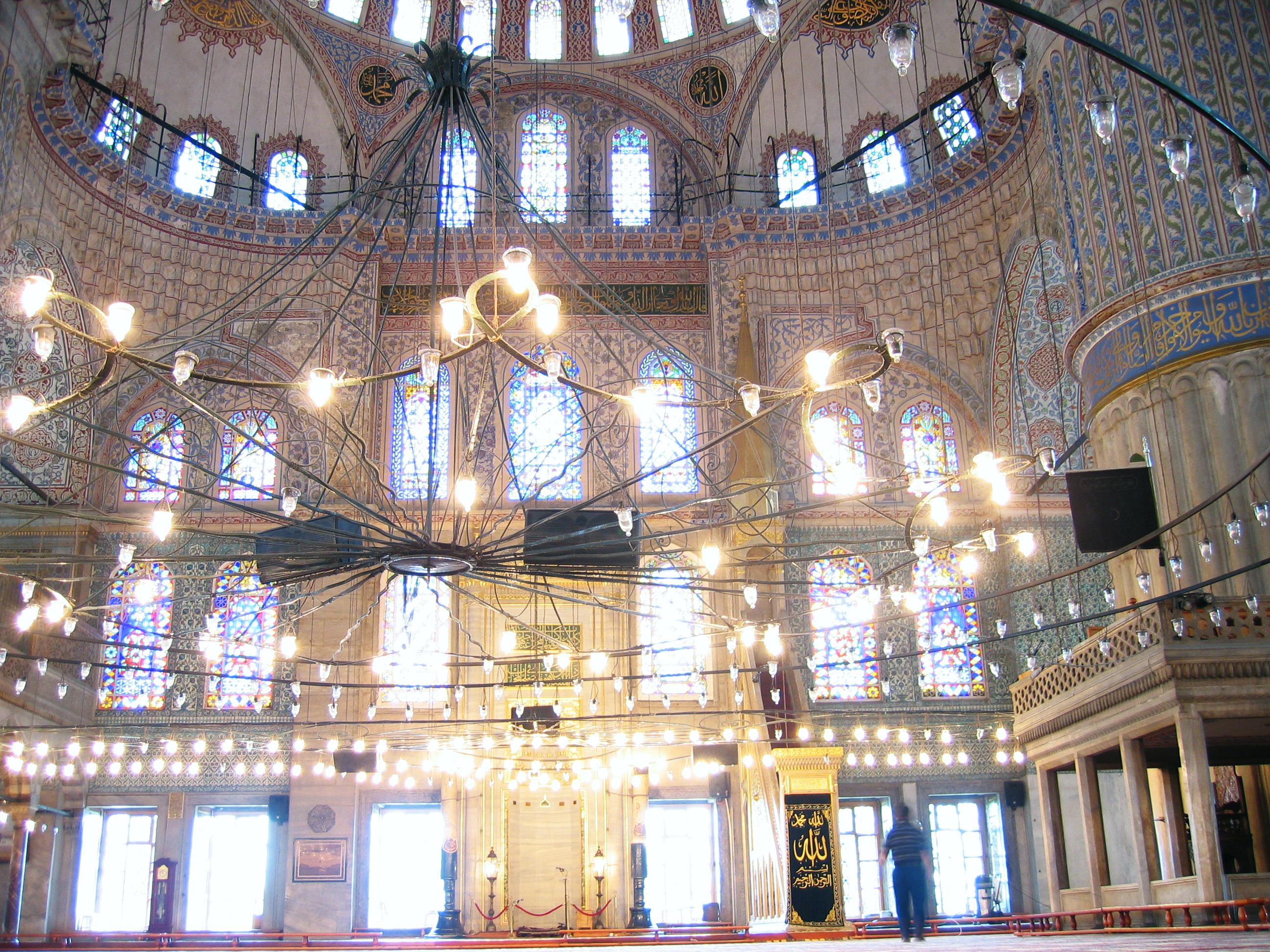صورة من الداخل لمسجد السلطان أحمد بتركيا.