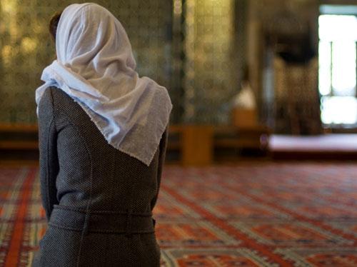 صورة لامرأة تصلي في المسجد.