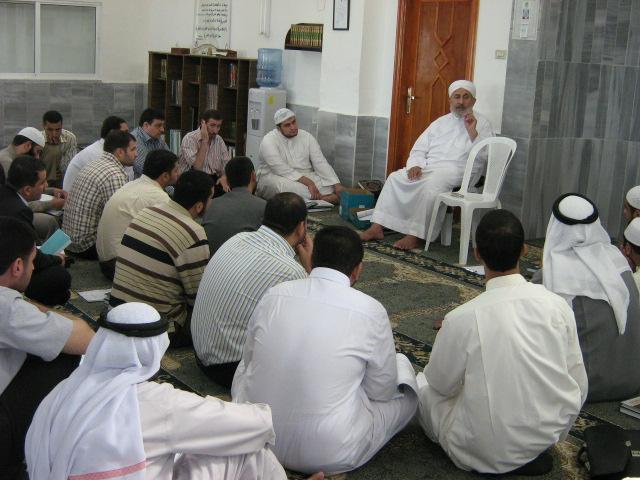 عالم يعلم الناس أمور دينهم في المسجد.