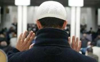 صورة لرجل يكبر تكبيرة الإحرام في الصلاة.