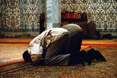 رجل يصلي جماعة خلف آخر.