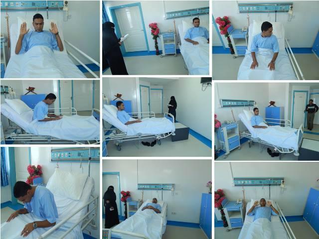 أحد النرضى يؤدي الصلاة من دخل المشفى وهو راقد على السرير.