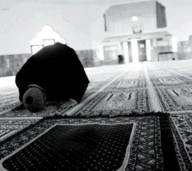 رجل يسجد أثناء الصلاة.