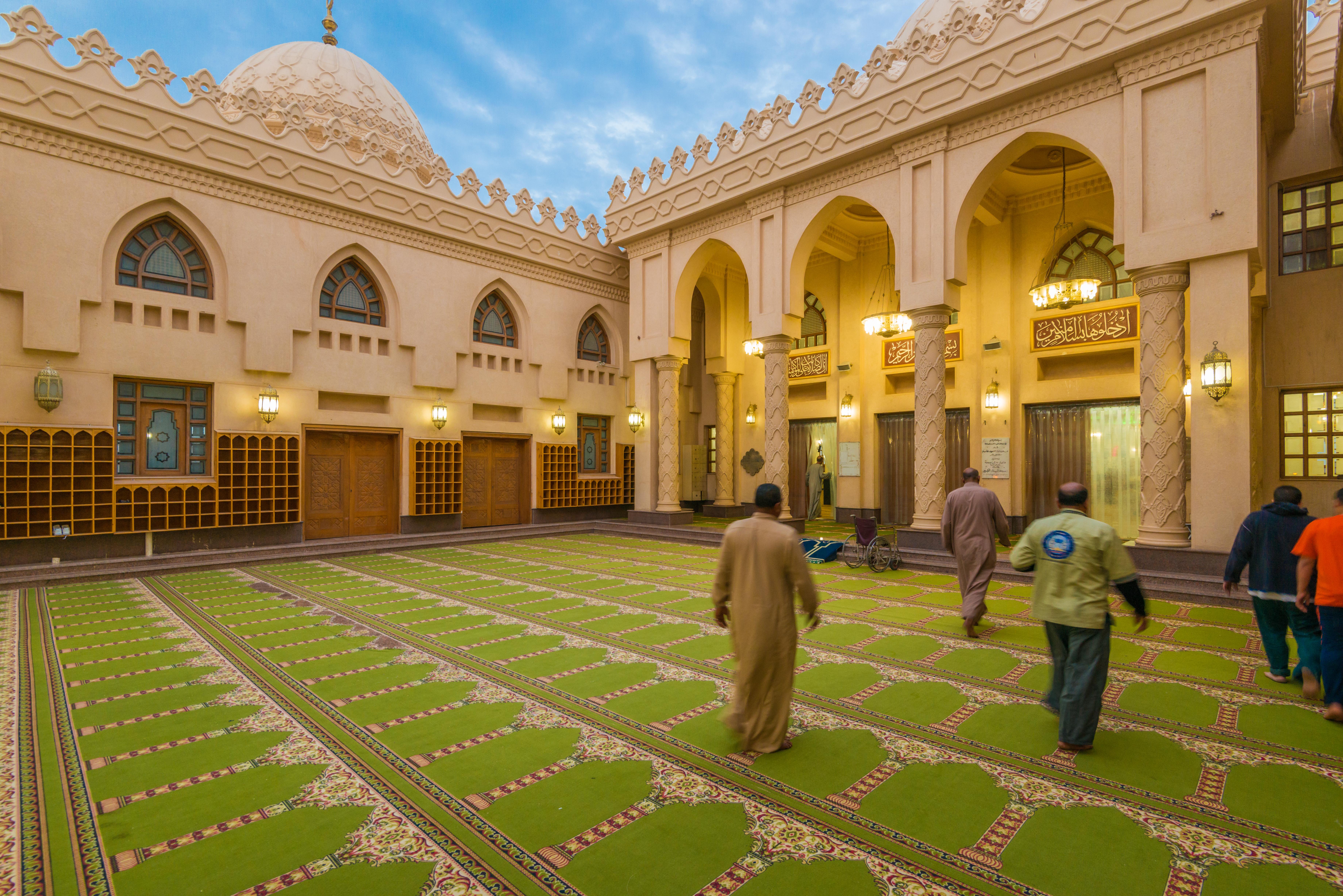 فضل المشي إلى المساجد والصلاة فيها