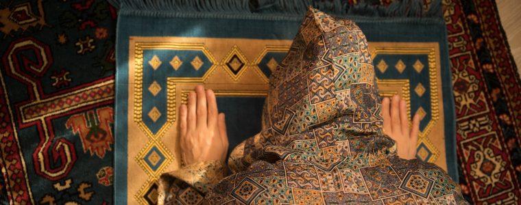 زوجتي لا تحافظ على الصلاة .. ماذا أفعل؟