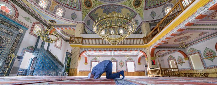 فقه النوازل: ما حكم الصلاة بالبنطال؟
