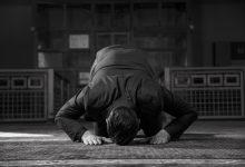 ما حكم متابعة الإمام عبر وسائل الإعلام؟