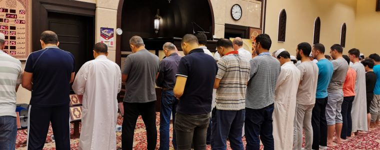 ما حكم توكيل أشخاص للأذان أو الصلاة من قبل الإمام؟