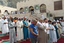 ما حكم الاكتفاء بسورة الفاتحة في الصلاة؟