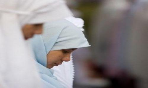 صورة لبعض النساء تؤدي الصلاة جماعة.